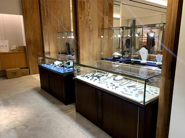 宝飾ウッドケースを使用した宝石展示例