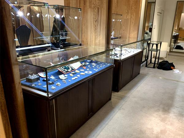 宝飾ウッドケースを使用した宝石展示例2