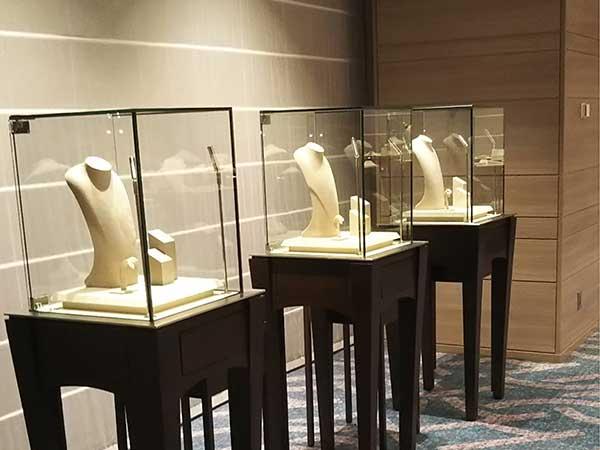 天王寺にある高級ホテルで行われた宝飾品展示