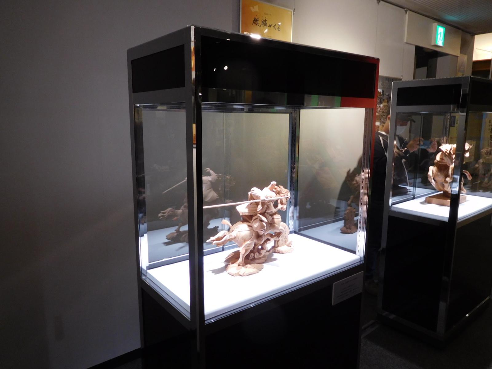 ワイドハイケースを使った彫刻展示01