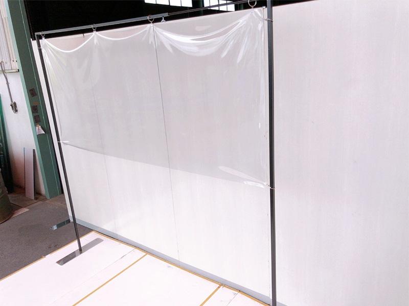 スタンド式飛沫感染防止ビニールフレーム 伸縮タイプ 使用イメージ1